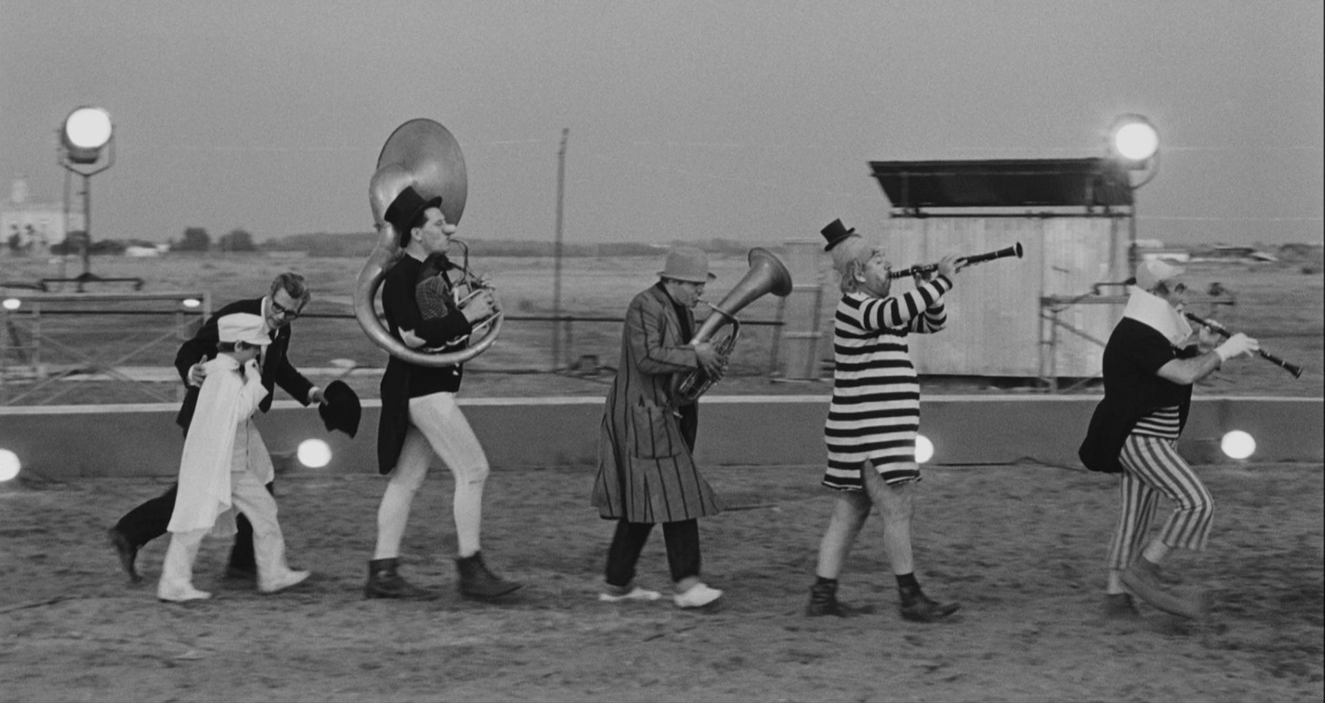 8 1/2 circus performers