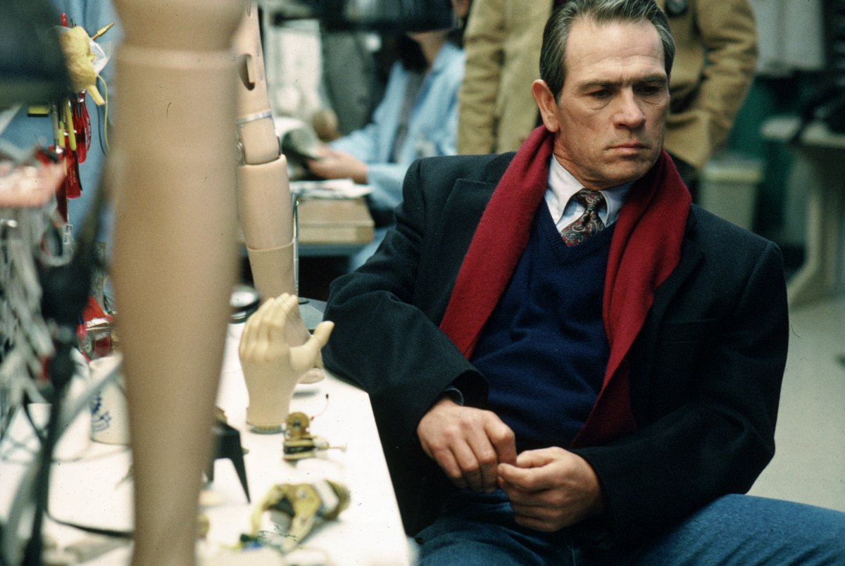Tommy Lee Jones with prosthetic limbs in The Fugitive